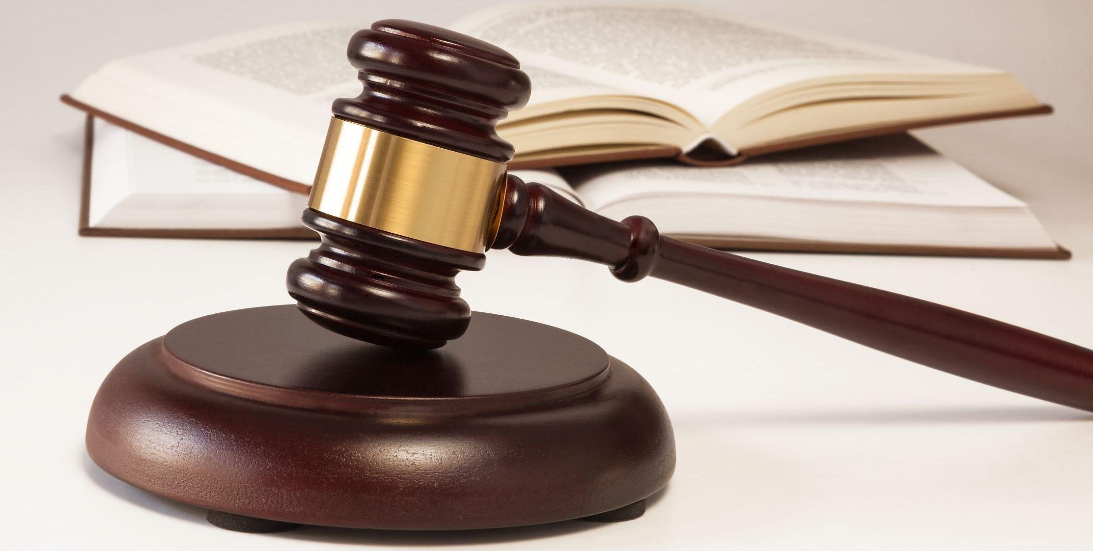 улыбнулся кто в суде оплачивает услуги юриста Выходит